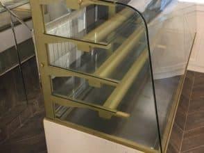 Гнутое стекло для торговой витрины