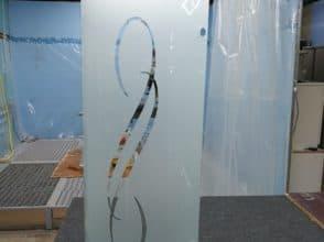 Гнутое стекло 483х905 мм с пескоструйным рисунком и отверстиями под петли и ручку