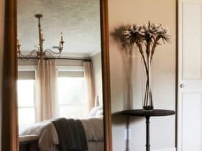 Фигурное зеркало для спальни