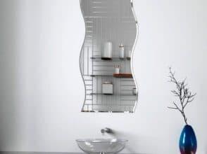 Фигурное зеркало в интерьере ванной комнаты
