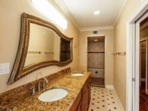 Фигурное зеркало для ванной комнаты