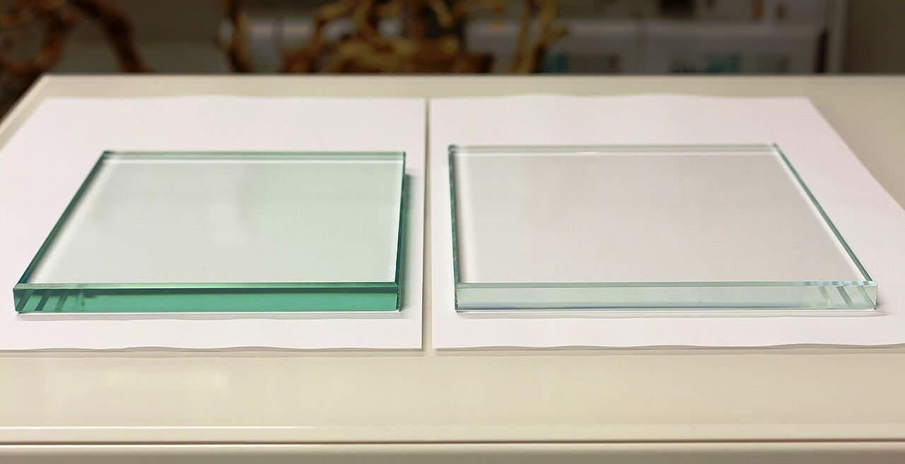 В чем отличие осветленного стекла от обычного?