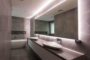 Зеркало с подсветкой для большой ванны