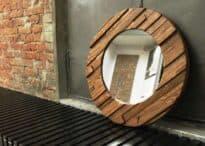 Круглое зеркало в деревянной раме