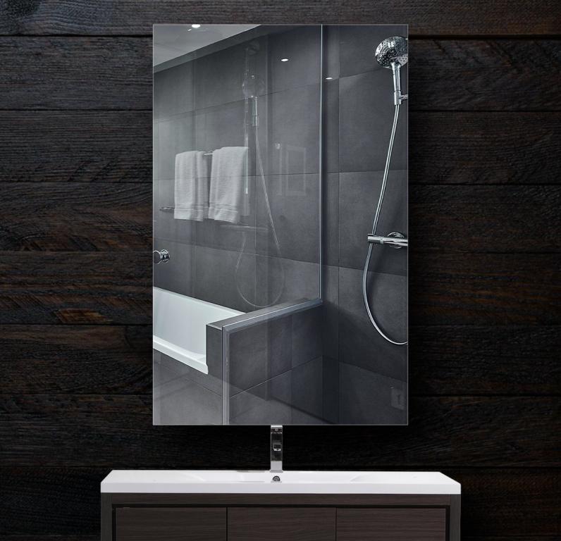 Зеркало в ванную 300×500 мм с полированной кромкой и с отверстиями для крепления